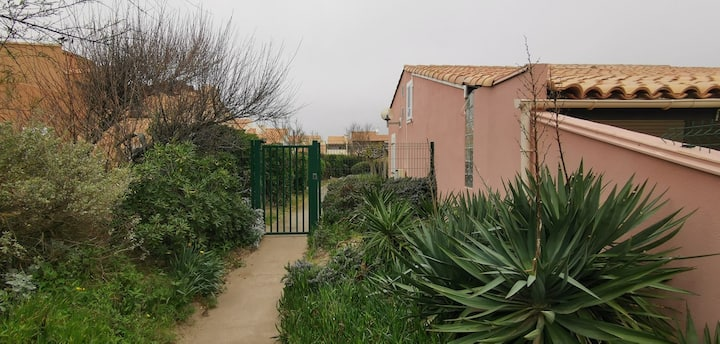CHARMING 4 ROOMS, FRONT OF SEA, RESIDENCE WITH PARKING - ref JDP25