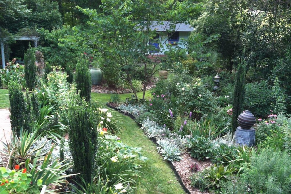 Calm & cozy 2BR apt near dwntwn Durham arts & eats - Apartments for ...