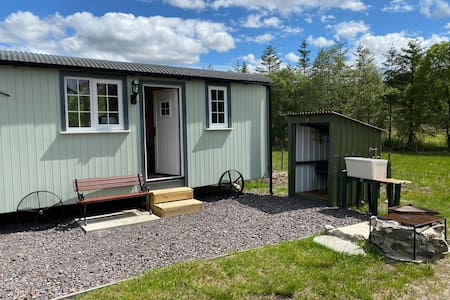 Wee Highland Hideaway Hut with integral bathroom