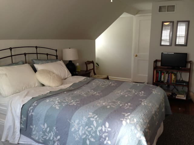 Attic Room in Prairie Village - Prairie Village - Talo