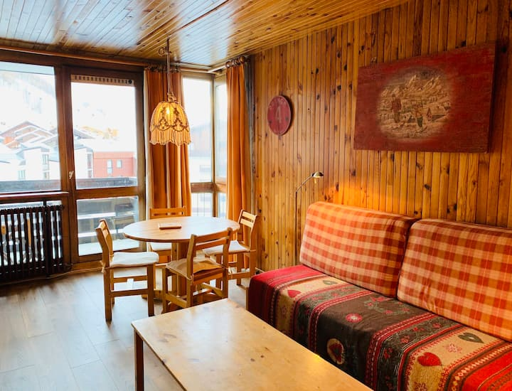 1 bedroom apartment for 4 people located in Val d'Isere, close to town center and 450m away from the slopes