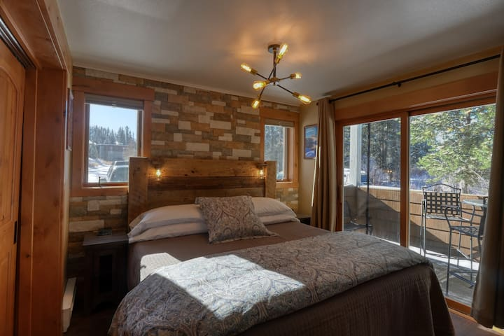 Enjoy a great night's rest on this comfy king size bed.