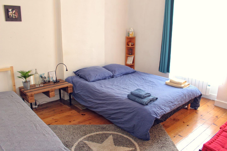 Dans la chambre, le confortable lit double fait 140cm de large. La chambre est grande et calme.