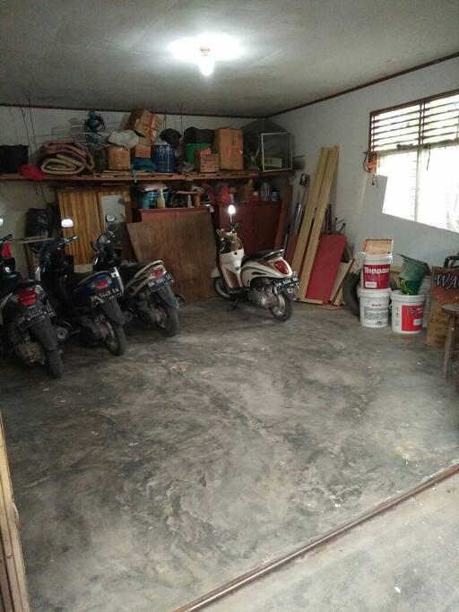 Parkir Motor cukup luas