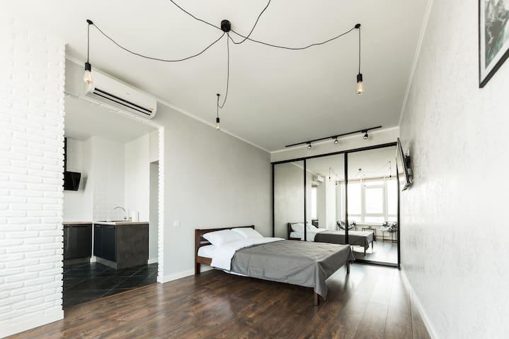 Спальня с удобной большой кроватью и ортопедическим матрасом.