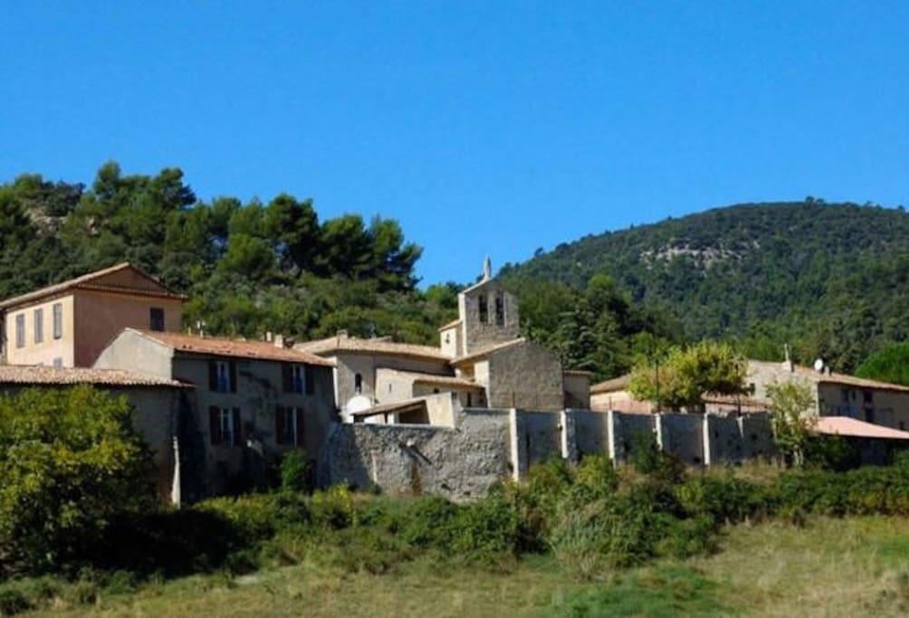 Le village de Vitrolles en Luberon niché au coeur des pins