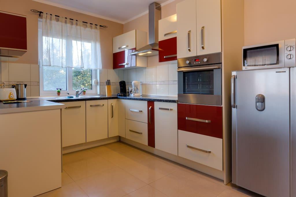Voll ausgestattete Küche mit allen Geräten und Utensilien