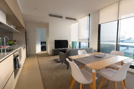 BRAND NEW Modern 2 Bed Apt + Rooftop Pools + Wifi - Milton