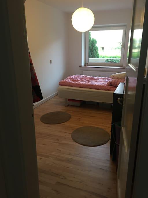 Soveværelse m. en 1½ mands seng hvor der kan sove to per. Derudover har jeg en luftmadrad m. sovepose og pude til en per.