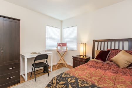 Private Room & Bath in Garden Home - Van Nuys - House