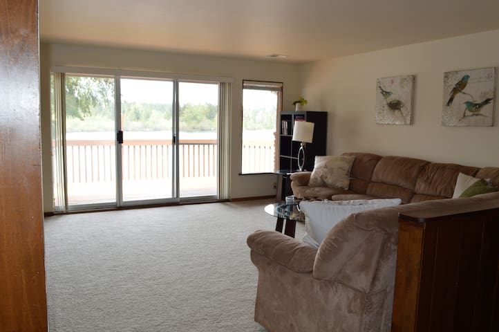 As you enter the front door you are drawn immediately to the deck and the lake.