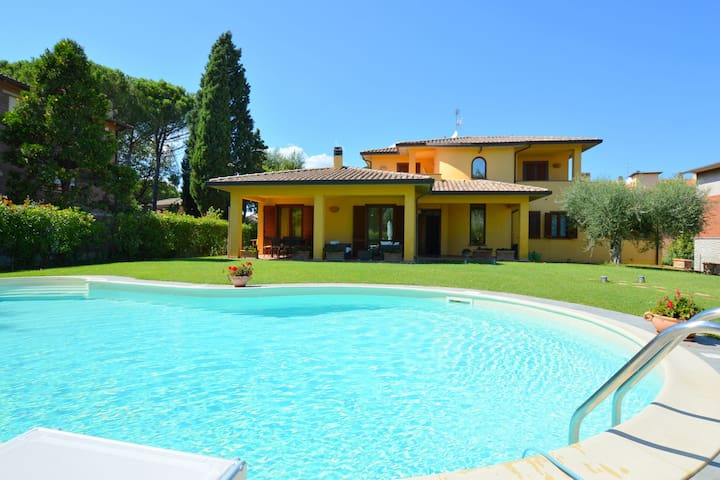 Pretty villa in Marsciano, with nice garden and private pool.