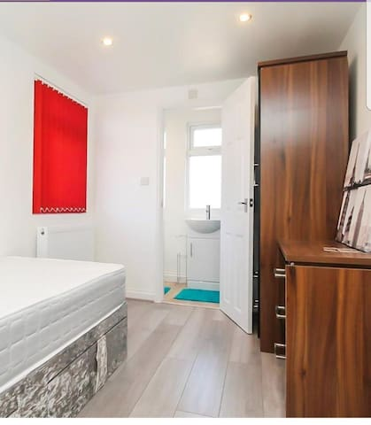 Spacious and Modern Ensuite Double Bedroom