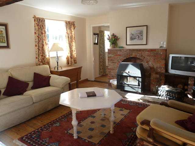 Charming, rural country cottage - Benhall