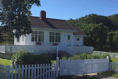 Romantic house by the sea in Vesterålen