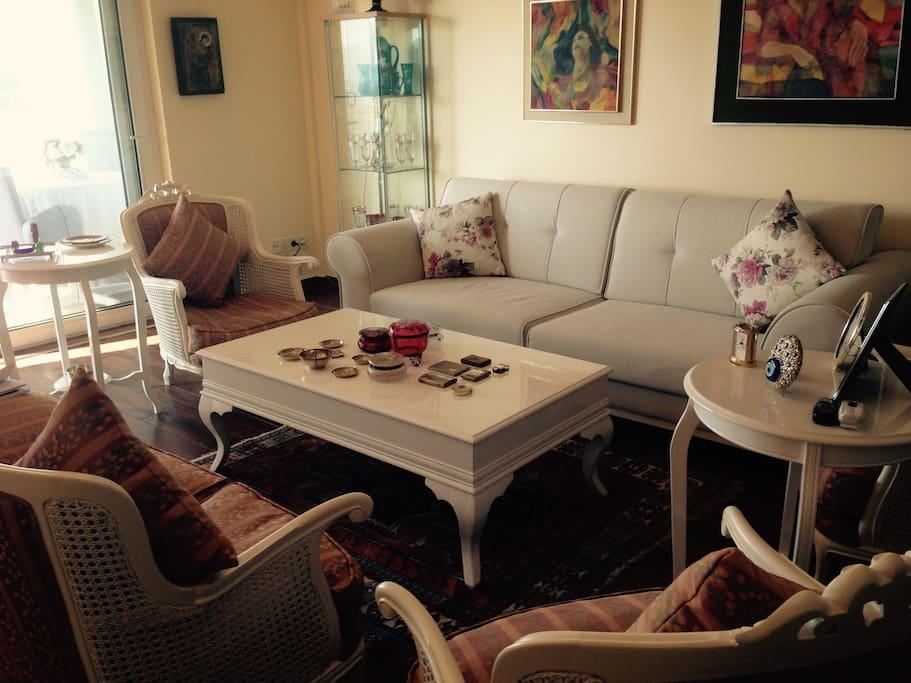 Exklusiv gemütliches Wohnzimmer mit Flat Screen