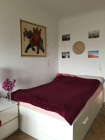 Schlafzimmer 1 - bedroom 1: Doppelbett mit Nachtisch und Leselampe
