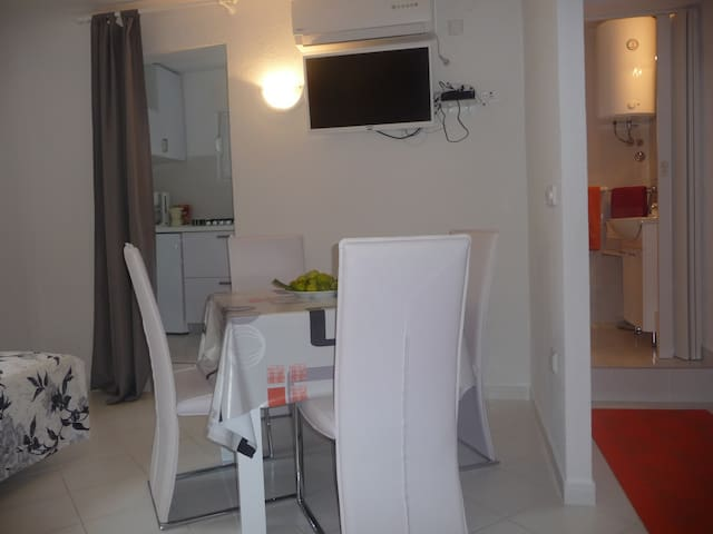 Nice 3 Bed House Apartment - Skrpčići - Daire
