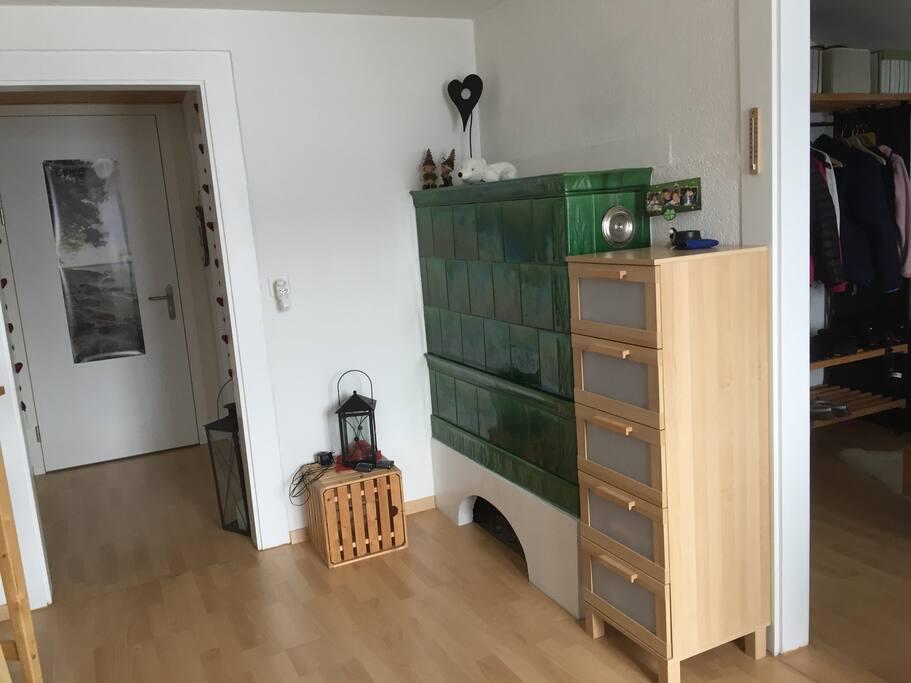 Zimmer mit heimeligem Ofen