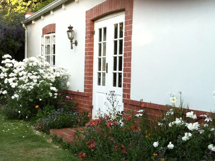 Rose Cottage - spacious family garden cottage