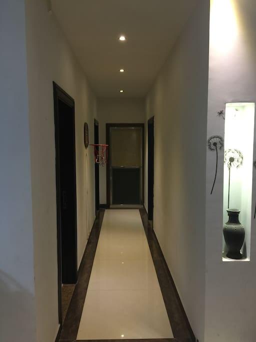 走廊,还有合适小朋友玩的篮球架