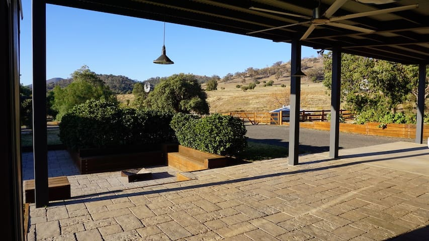 PRIVATE +AMAZING VIEWS! 4 bed, 40 acres ,4 min CBD