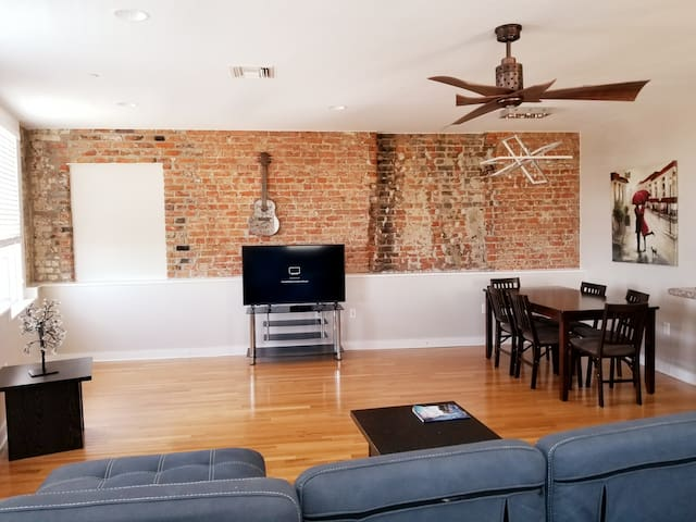 Authentic 2BR/2BA in Historic New Orleans 401