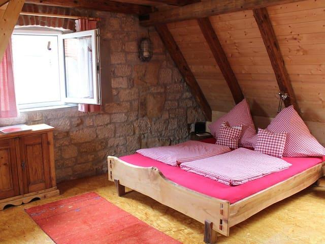 Ferienwohnungen Taubenschlag (Creglingen), Kleine Ferienwohnung, ökologisch nachhaltig mit hochwertiger Holzeinrichtung