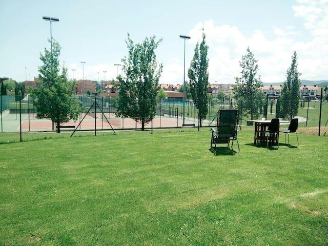 Piso  2H, con jardín frente a la zona deportiva