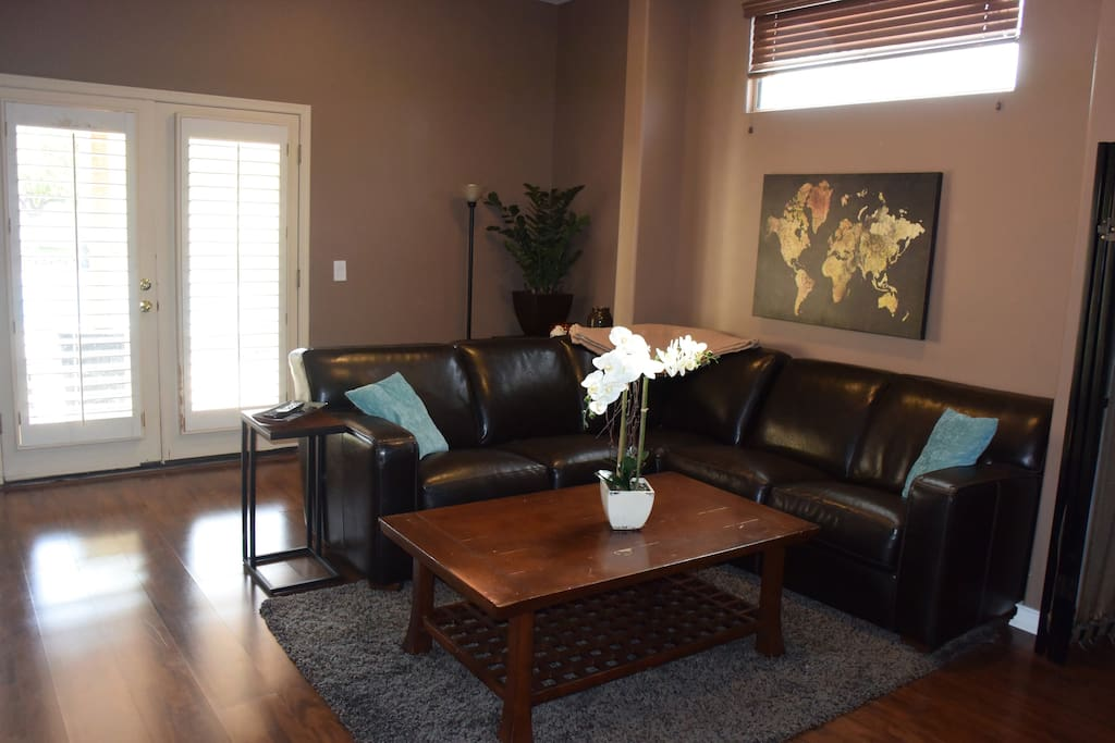 Sitting area w/ leather sectional