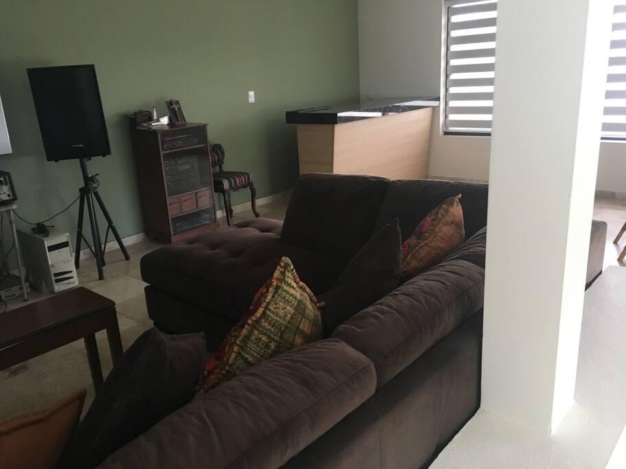 La sala para convivir, cuenta con una barra y comedor