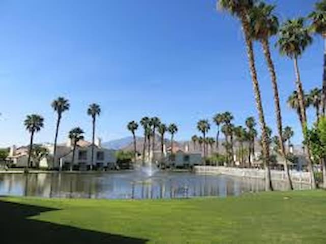 Palm Desert Resort, close to all restaurants,shops