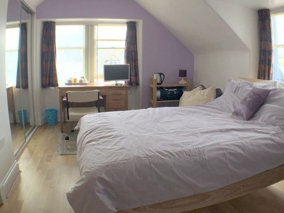 Lovely double aspect room with mirror wardrobes.
