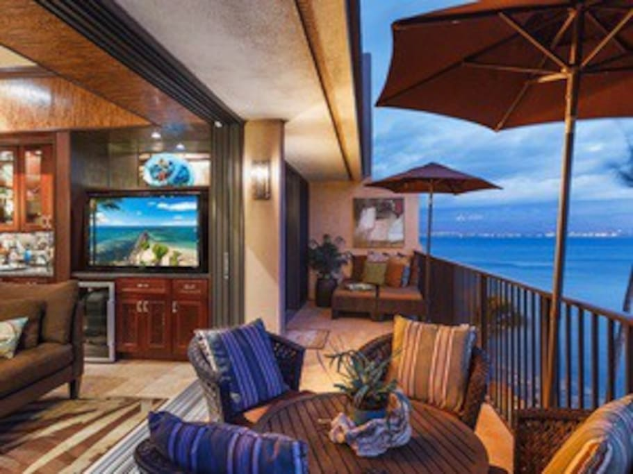 Living area & master bedroom open to a 30' lanai. Can you say fabulous!