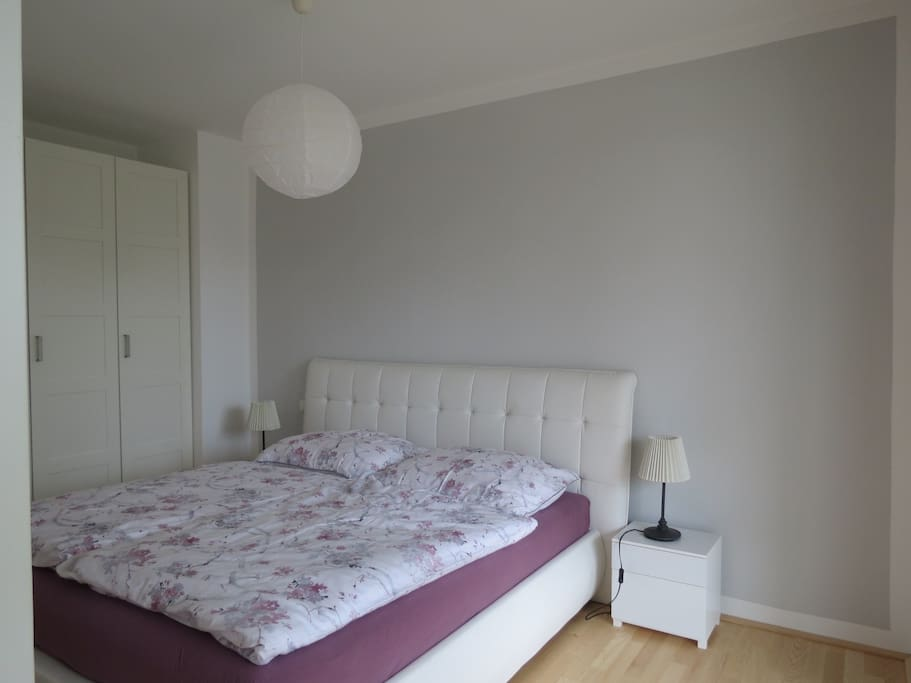 Gemütlich eingerichtetes Schlafzimmer