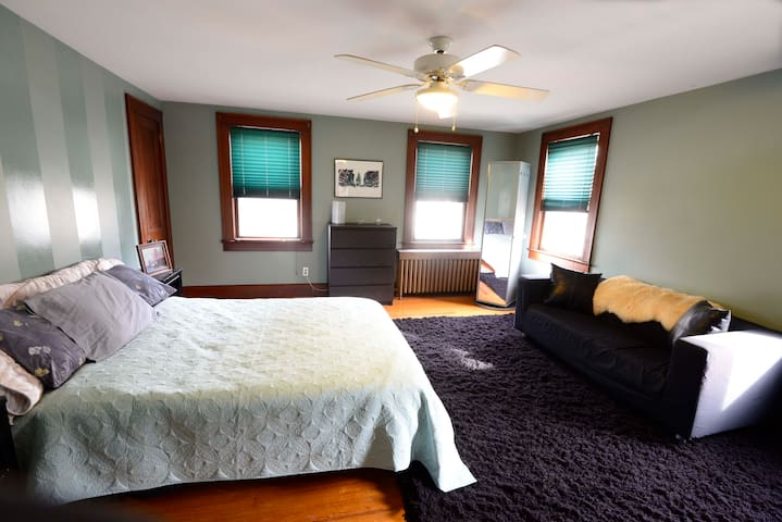 Large room with couch and desk - Plainsboro - Casa