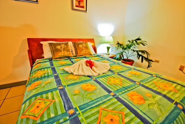 CoCo Rose Guest House with Beach - Saint John's - Penzion (B&B)