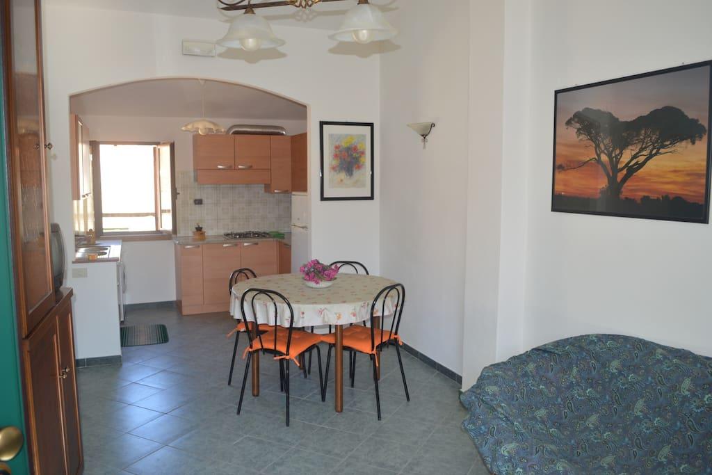 soggiorno e vista cucina. Dining room and kitchen. Salle à manger et cuisine