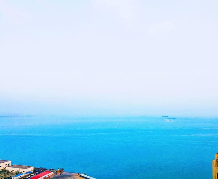 临海露台。那片海。海边的公寓大床房202,看海上落日的最佳位置。
