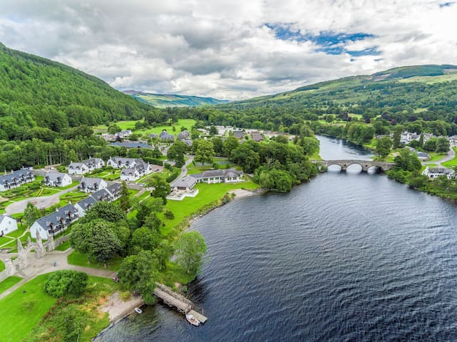 Gorgeous Cottage with Private Balcony | Along Loch Tay + Shared Indoor Pool
