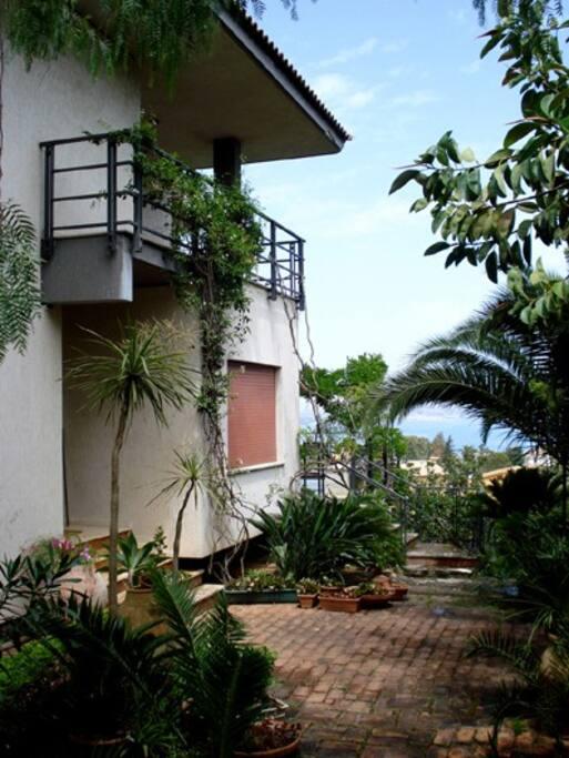 La villa, il giardino e l'appartamento in affitto al 1° piano.