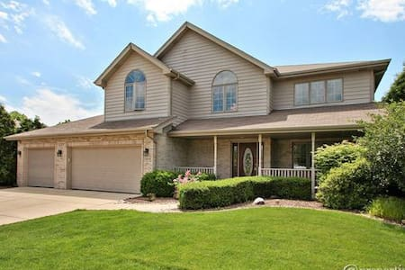 Spacious, newly remodeled, private home in Mokena - Mokena - Hus