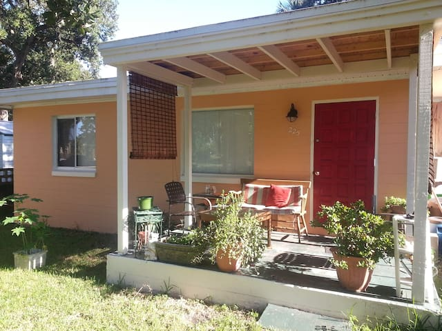 Adorable Cottage minutes from beach - South Daytona - Rumah