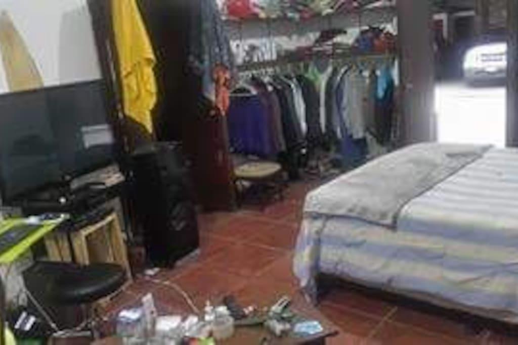 Television, escritorio, cama y closet
