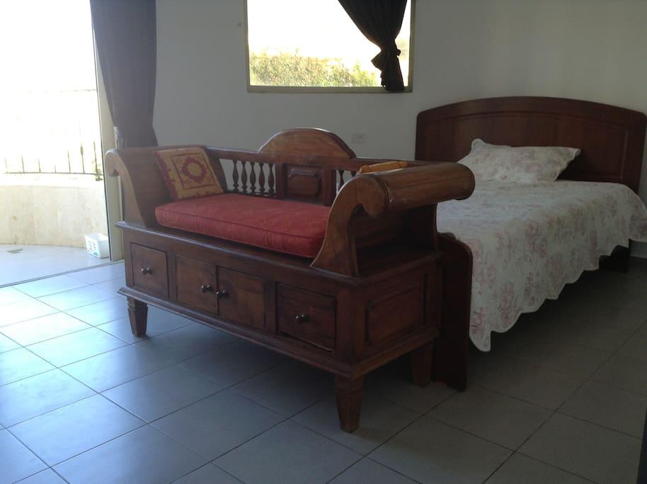 Комната в ретро стиле с балконом