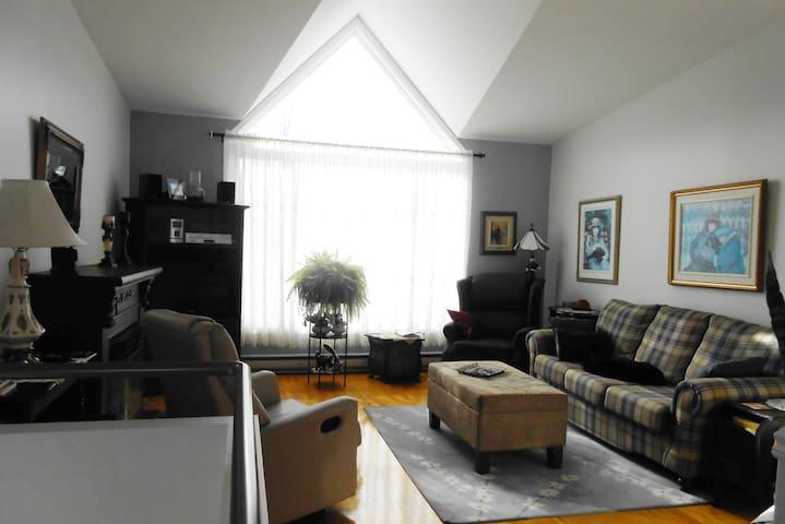 Chambre lumineuse avec lit double - Saguenay - Hus