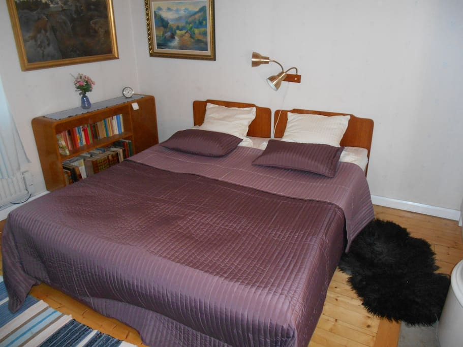 Sovrum 1  Dubbelsäng och en våningssäng