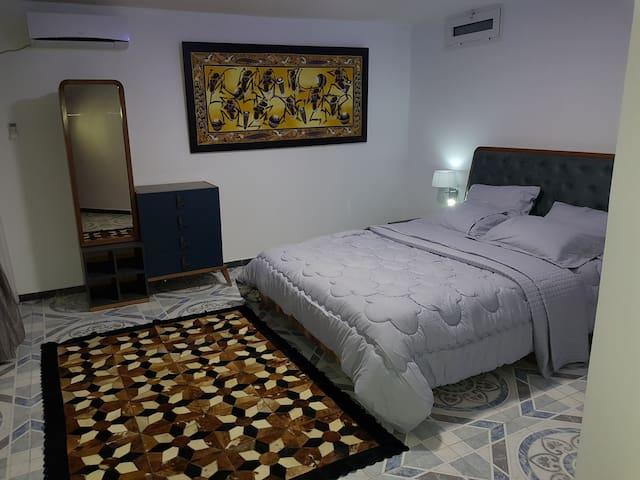 Fr: Première chambre avec un grand lit double (160 cm, longueur 200 cm) climatisée. En: First bedroom with a large double bed (160 cm, length 200 cm) air-conditioned. De:Erstes Schlafzimmer mit einem großen Doppelbett.