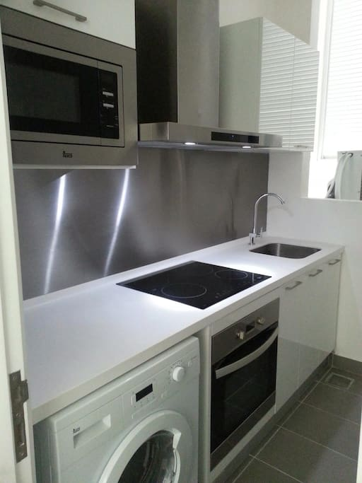 A very complete wet kitchen with oven, microwave, hub, hood and other appliances