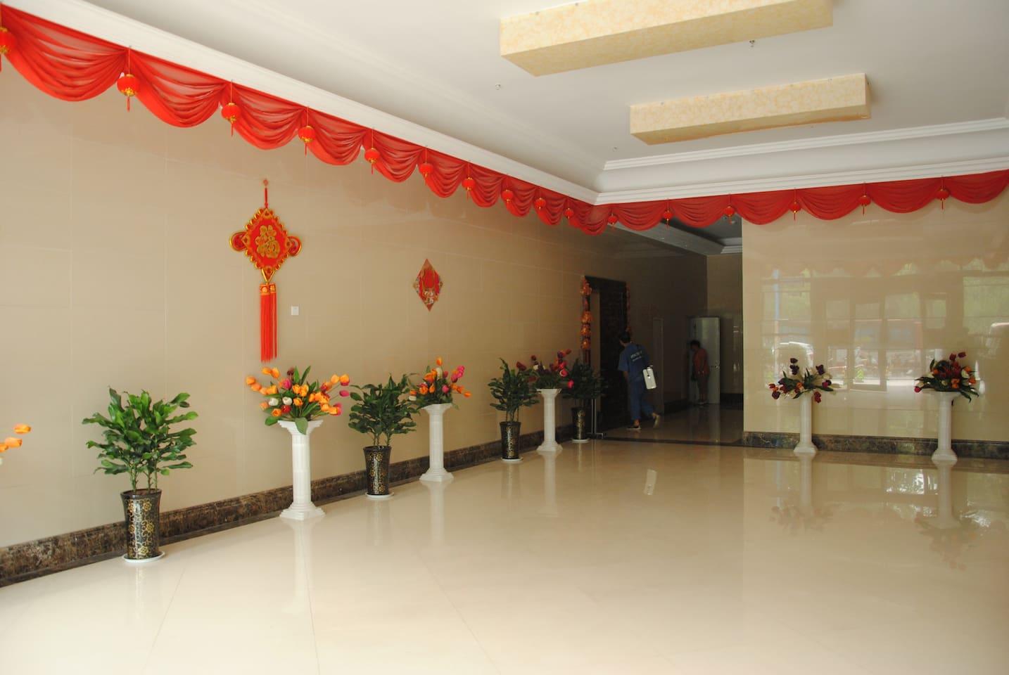 宽敞干净的大厅,方便客人进出,保安24小时值班巡逻。